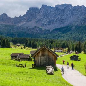 le montagne della lessinia con le case e sentieri